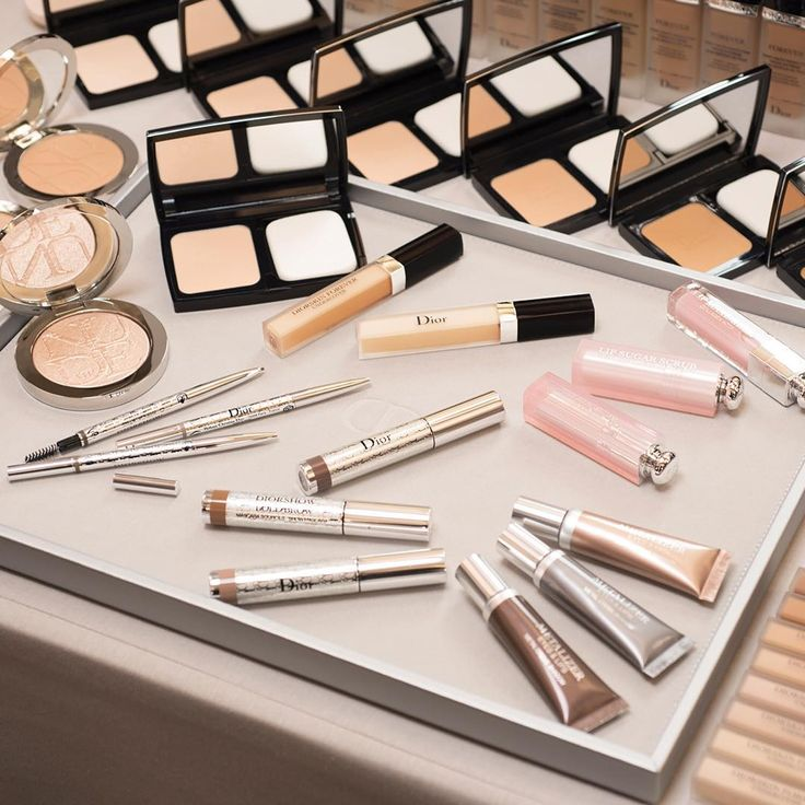 Get the total @diormakeup beauty look of the #diorcouture Autumn-Winter 2017-18 show: Face: Diorskin Forever  Eyes: Diorshow Brow Styler, new Diorshow Bold Brow and new Metalizer Eyes & Lips Lips: Lip Sugar Scrub, Lip Maximizer and Lip Glow #diormakeup #diorforever #diorshowbackstage #lipsugarscrub #lipmaximizer #lipglow #backstagepros