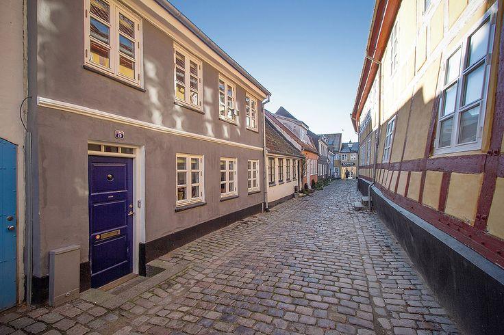 · Bliv en del af historien - flyt ind på en af Aalborgs ældste og mest charmerende gader · Med smukke, gamle byhuse og brostensbelægning · Kort sagt en skøn oase i hjertet af centrum · Dette enestående byhus fra 1850 er løbende moderniseret, så du kan flytte direkte ind · Her får du en lys og indbydende bolig i tre etager, med hele tre stuer og to værelser · Der er gode muligheder for at etablere et ekstra værelse i den ene stue · Udelivet kan du nyde i en idyllisk gårdhave med masser af sol…