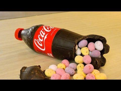 Hij giet gesmolten chocolade in een lege frisdrank fles. Dit is echt een superleuk idee voor Pasen of verjaardagen! - Zelfmaak ideetjes
