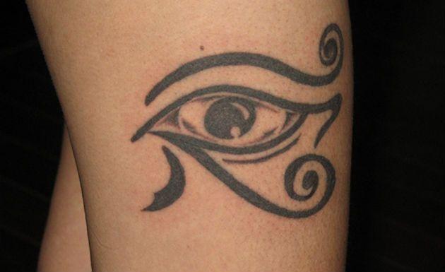 O Olho de Hórus, também conhecido como udyat, é um símbolo egípcio que, além de significar proteção, representa força, vigor e saúde. Para quem gosta de tatuagem pequena, esse amuleto é uma ótima opção de desenho.