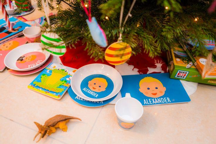 """Ansonsten lagen eher """"kleine"""" Dinge unter dem Weihnachtsbaum. Die Kinder bekamen jeweils ein Geschirrset vonLittleli, das ich zuvor für jeden designt hatte. Man kann aus einer Vielzahl von Gesichtern und Frisuren und Farben sein eigenes Kind zusammenstellen! Andere Designs gibt es aber auch, schaut doch einfach mal rein! Mit dem Code naehfrosch10 bekommt ihr sogar aktuell 10% Rabatt auf eure Bestellung!"""