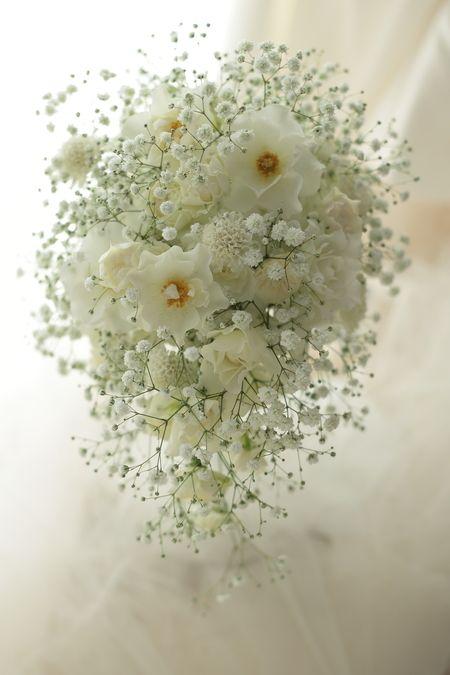 カスミソウの中に、たくさんの花が潜んでいる、というブーケもまた一会定番のひとつです。ミニキャスケード仕立てで。一重のバラがお好きと伺ったので、中央にいれた...