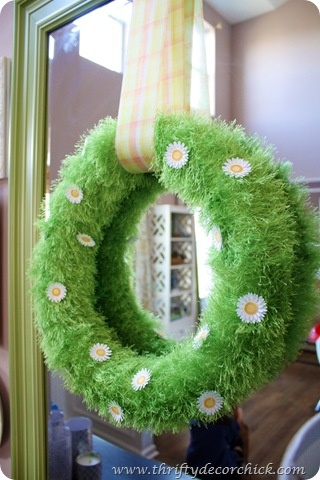 Daisy…daisy…give us your DIY, do! This wreath's made with fun fur and paper daisies.