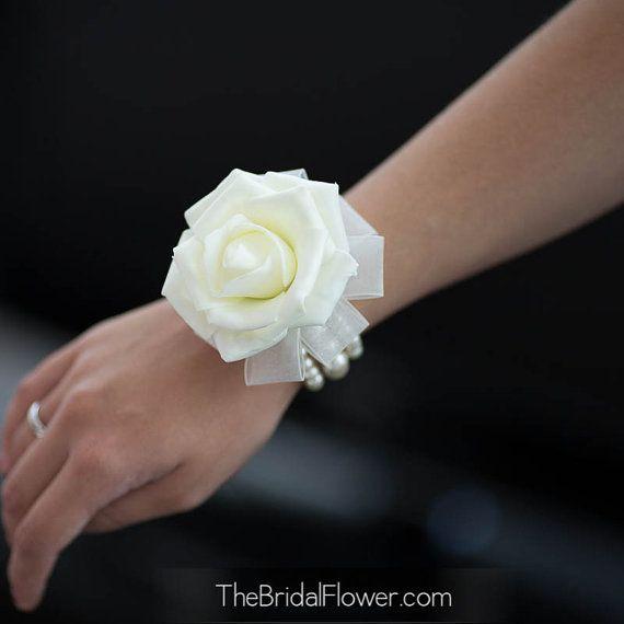 Simple blanc de poignet corsage rose sur un par TheBridalFlower