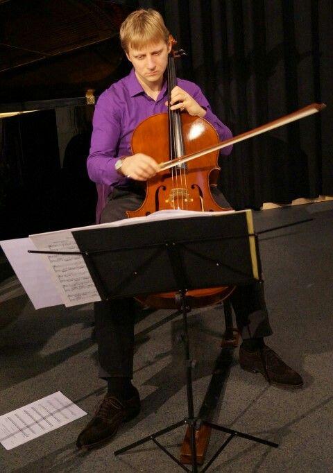 Cellist Ephraim van IJzerlooij playing solo.