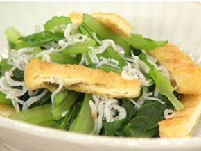 小松菜の和え物(減塩):しらす干しの塩分と焼いた油揚げの香ばしさで塩分を抑えられる。