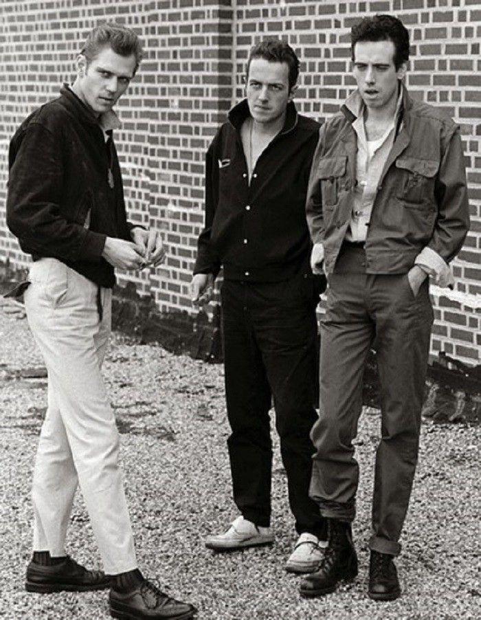 Punkexplosionen på slutet av 70-talet är en av de subkulturer som aldrig slutar inspirera modedesigners världen över. Snyggast av alla punkare var utan tvekan The Clash-basisten Paul Simonon, ofta klädd i eleganta vita byxor och välskräddade kavajer framför vilda publikhav fyllda av spottloskor och kastade ölflaskor