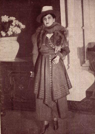 """Varsányi Irén (Cecile) az ominózus """"kék rókával"""" a nyakában (1917) - Forrás: Színházi Élet"""