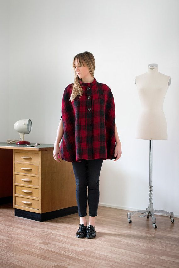 Mantella per donna in pura lana 100% tartan rosso e nero, colletto alla coreana e chiusura a bottoni. #cape #tartan #plaid #scottish #girls