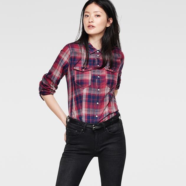 Chemise slim en denim d'inspiration vêtement de travail, avec poches plaquées et épaules doublées.