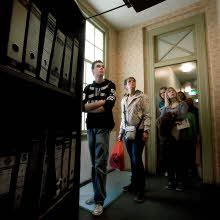 Anne Frank Huis. Bezoekers bij de draaibare boekenkast die de toegang naar het achterhuis verborg.\nAnne Frank House. Visitors at the movable bookcase that hid the entrance to the secret annex.