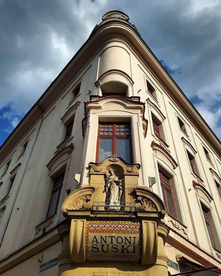 Mijam ten budynek prawie codziennie od 3 lat, a dopiero teraz zobaczyłam w nim 'coś' intrygującego.  ul. Grodzka, Kraków [ #oldtown #staremiasto #krakow #cracow #architecture #hdr #archidaily #architecturephotography #skyporn #traveling #instagood #igerskrakow #igerspoland #pocztowkazpolski #super_polska #lubiepolske #mobilnytydzien #galaxys5 #instadaily #polskajestpiekna ]