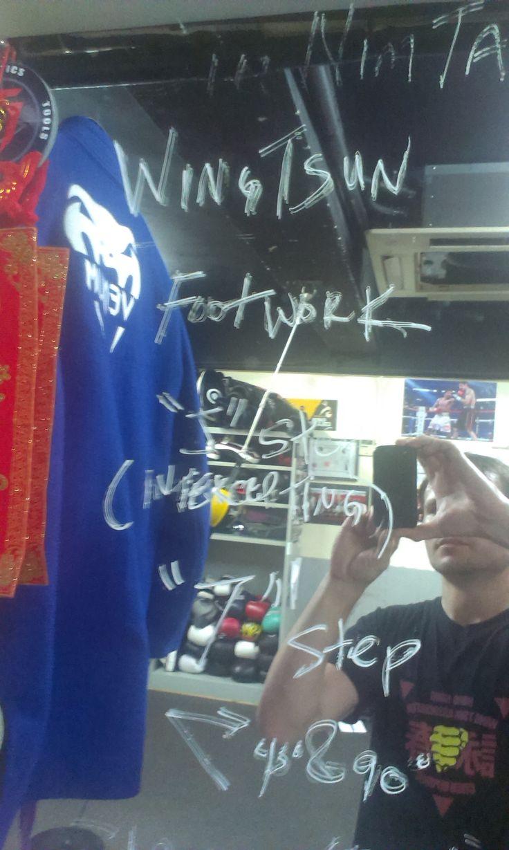 Rozebírání teorie Wing Tsun je pro sifu Chrise stejně důležité, jako trénink samotný...