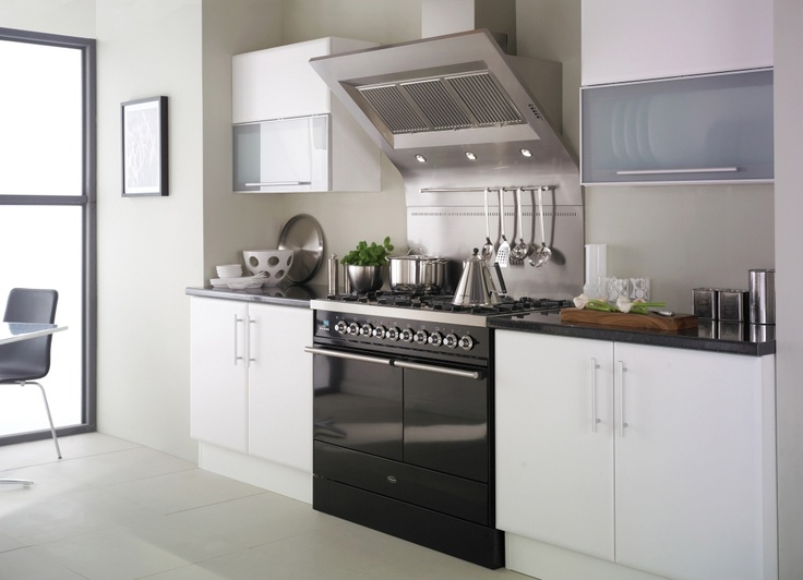 The impressive Legato cooker hood with integral back panel and ladle rack, sits nicely above a Britannia Dynasty 100cm range cooker in gloss black.