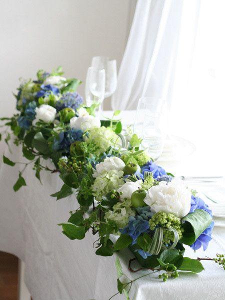白いシャクヤクと青いアジサイの爽やか会場装花 [メインテーブル] の画像|kukkaのウェディングフラワーデザインブック[ブーケ・会場装花・花冠]