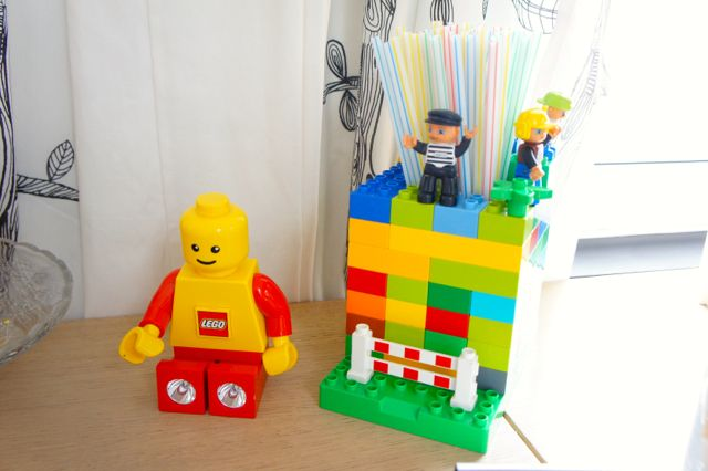 Lego Birthday Party – Happy 3 ! DIY distributeur de pailles Lego