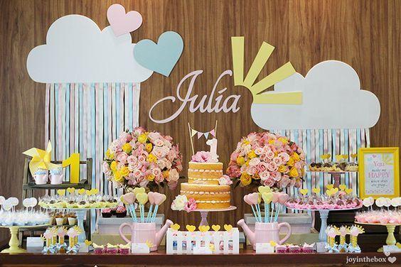 Inspiração: Uma festa cheia de charme, com flores, nuvens e muito amor.    Foto: Joyinthebox    www.gravidaseantenadas.com.br / SNAPCHAT: g.antenadas #decor #festadeaniversário #umaninho