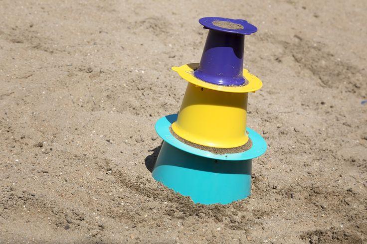 Quut Alto, revolutie in zandkastelenland. Gebaseerd op de manier waarop profs zandkastelen bouwen. Je vult de onderste ring en drukt stevig aan. Je zet er de tweede ring bovenop, vult stevig aan en als laatste zet je de paarse ring die je ook stevig opvult. Door de onderste op te tillen en even te draaien, neem je de 2 ringen erboven vlotjes mee omhoog en krijg je ... jawel een schitterende drielaagse toren. Belgisch idee en in 2014 bekroond met een 'Red Dot Design Award' BPA...