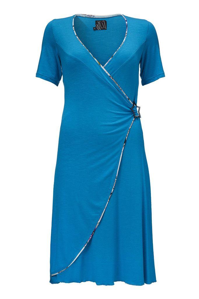 Vera kjolen i klar turkis er smuk og lækker, og nem at dresse op og ned efter behov.