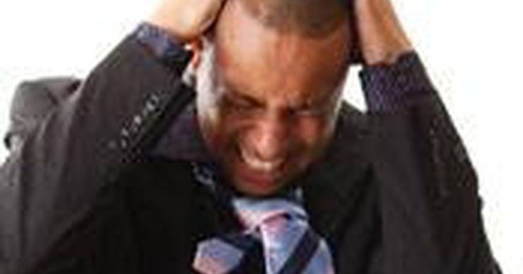 Sobre coceira no couro cabeludo. Uma coceira no couro cabeludo pode ser uma condição irritante. A causa geralmente é uma de duas coisas: couro cabeludo ressecado ou doença de pele como psoríase. Esses casos podem ser leves ou mais graves e é por isso que é importante consultar um dermatologista para que ele possa determinar a causa e o tratamento. Uma coceira no couro cabeludo é ...