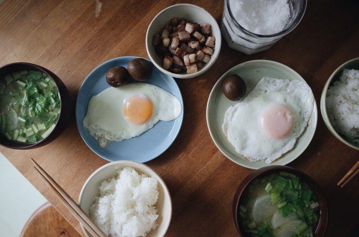 ・目玉焼き ・自家製スモークベーコン ・梅のしょうゆ漬け ・カブの味噌汁
