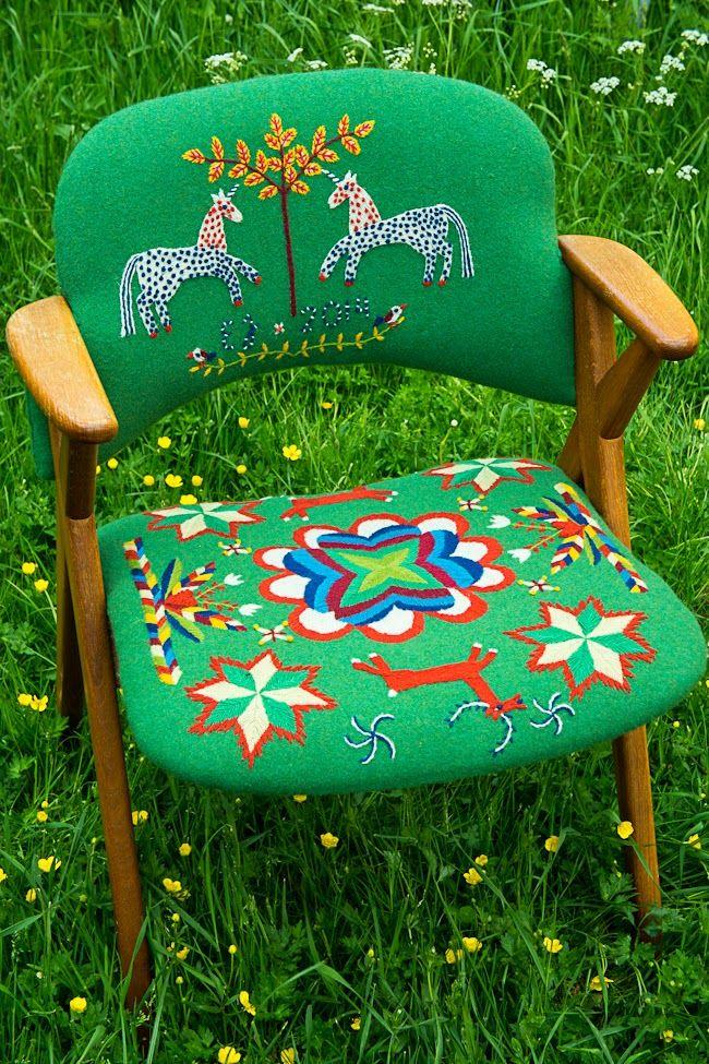 Kolla in Elin Jantzes yllebroderade stol! En del fingermuskelkraft och en hel del tålamod, men med finfint resultat! (Foto Elin Jantze)