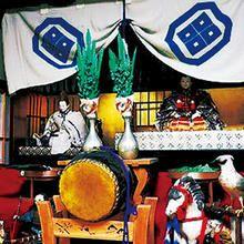 「ル・ブション・トゥーネソル」は、JR嵯峨嵐山駅、阪急嵐山駅から歩いて数分のところ、渡月橋から嵯峨釈迦堂方面へと向かう、新丸太町通りの交差点の角にあります。こちらは、フランス料理を学んだ畑 幹雄シェフが、東京・茗荷谷「キート」の小野田啓介シェフとコラボレーションして生まれたお店。パンを選んで前菜や「リヨン地方のセルベルトカミュ」「アメリケンヌソースにタレッジオチーズを入れた濃厚ソース」などのディップのほか、パテや牛肉のグリルなどビストロ料理と一緒に楽しめるので、料理との組み合わせにより、パンの味わいがより深く感じられます。もちろん、パンはテイクアウトもできます。