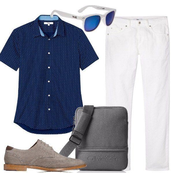 La camicia blu con minuscola stampa bianca con i jeans candidi, le stringate grigie e la borsa tracolla Calvin Klein costituiscono un outfit perfetto dal mattino fino alla sera informale, in caso di sole gli occhiali completano.