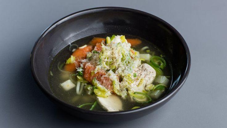 Lynhurtig kyllingesuppe er en lækker opskrift fra Go' morgen Danmark, se flere suppe på mad.tv2.dk