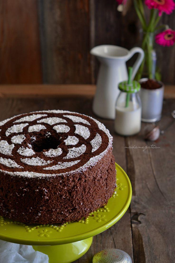 """E' una torta semplice che si prepara nello stesso stampo rotondo. alto, con un buco in centro, dotato di piedini che lo tengono sollevato dopo averlo capovolto, come per la classica chiffon. Stessa tecnica d'esecuzione, stesso stampo della chiffon cake ma con un nome diverso, appunto la """"fluffosa"""", nato dalla complicità di un gruppo di foodblogger """"le bloggalline"""". La fluffosa è una torta di seta che cresce in forno fino a diventare bella alta, altissima e tanto be..."""