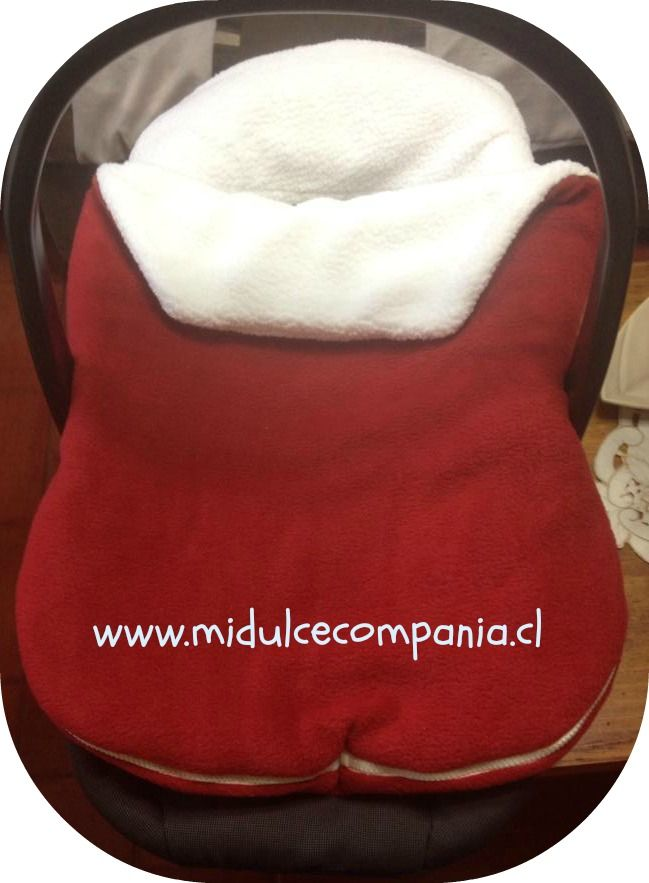 Para pasear abrigaditos en el coche o el huevito, tenemos este lindo saquito color rojo italiano de polar y chiporro por dentro.