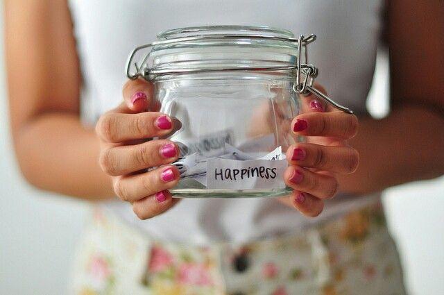 """Lasciatevi contagiare dalla felicità.  È la """"malattia"""" più bella che possa esistere. Imparare a sorridere, anche quando gli altri ti chiederanno"""" ma che hai da sorridere? """"  è la più potente forma di coraggio. Un sorriso può curare qualsiasi male. Così come da piccoli, andavamo dalla mamma per il bacino sulla bua Il potere non era nel bacio, ma nel sorriso   #bebrave #behappy #feliceognigiorno"""