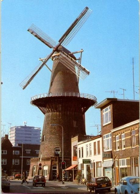 Adelaarstraat 30 Utrecht - korenmolen Rijn en Zon rm, werd in 1746 gebouwd aan het Paardenveld en in 1913 herbouwd op de hoek Adelaarstraat-Hopakker; vm loskade aan de Oosterstroom en paardenstal (1913)