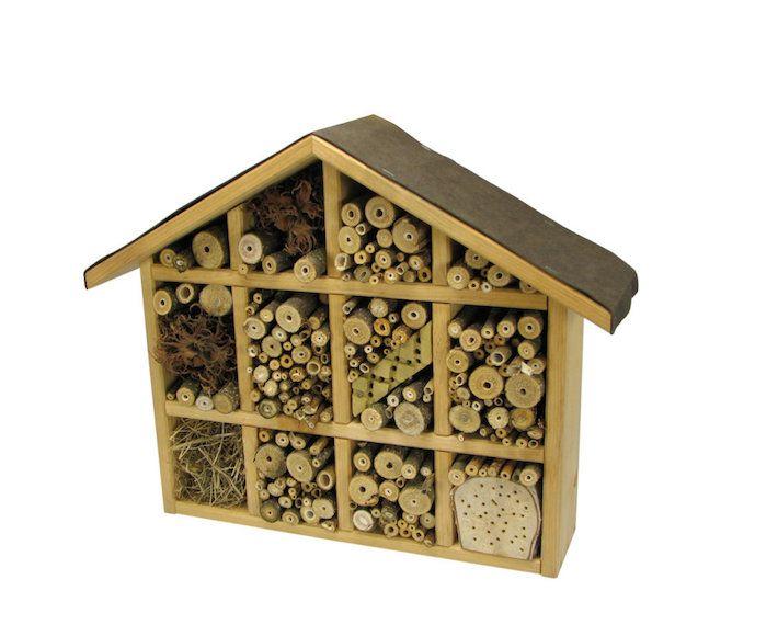 Insektenhotel - ohne Füllung. der inhalt soll von euch und euren kindern selbst gesammelt werden. Man kann das kleine Haus komplett leer bestellen oder schon mal eine halbe Füllung mitbestellen.