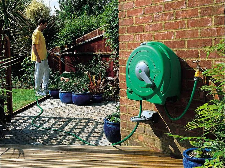 The wall mounted Fast Reel is designed for the larger garden and comes with 40m of high quality Hozelock hose and wall guide.