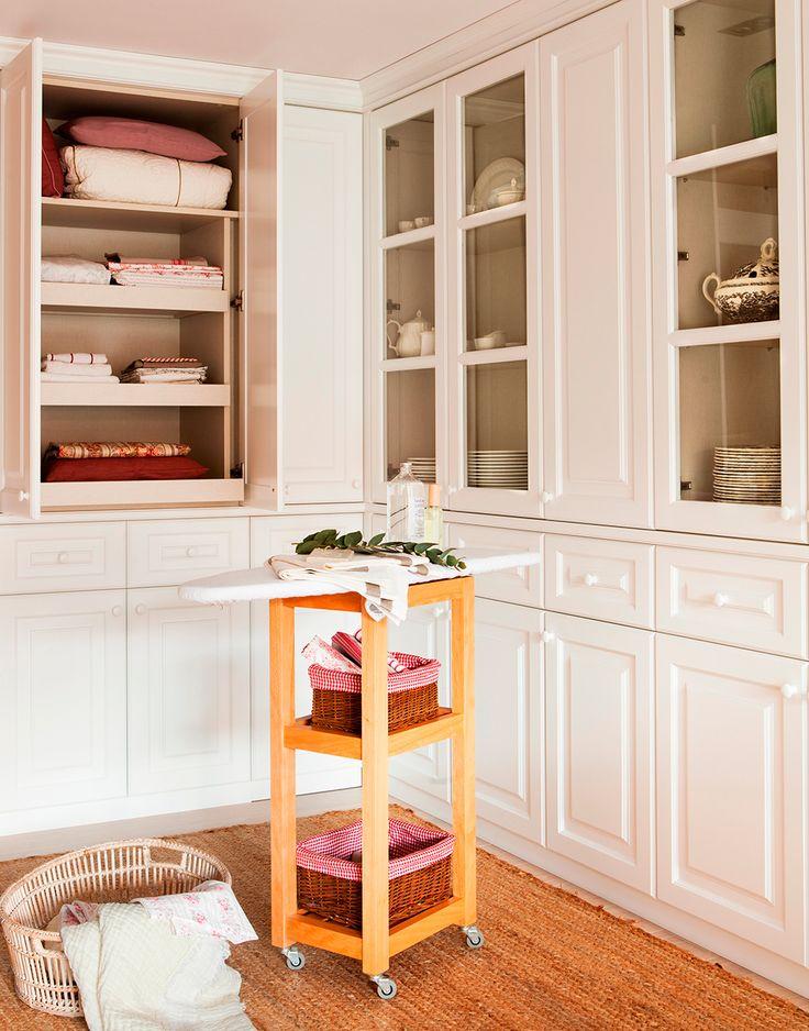 Cuarto de plancha con armarios y vitrinas para ropa y vajilla