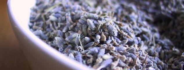 Lavendelsiroop: 1 kopje suiker, 2 kopjes water, 1 eetlepel (uitgebloeide)lavendelbloemen net even koken, minimaal 2 uur laten staan, zeven en klaar! Verrassing!
