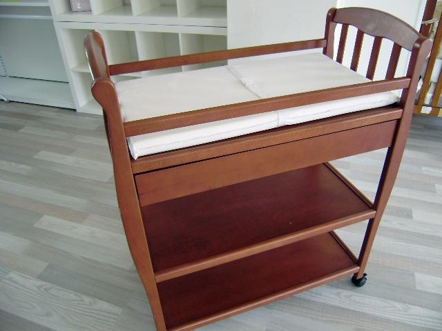 Cambiador de madera con cajón superior y 2 baldas. Incluye cinturón para sujetar al bebé