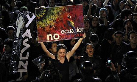 """Un manifestante sostiene un cartel que dice en español 'Ecuador no ama la vida """"durante una protesta frente al palacio de gobierno en Ecuador, Aug. .."""