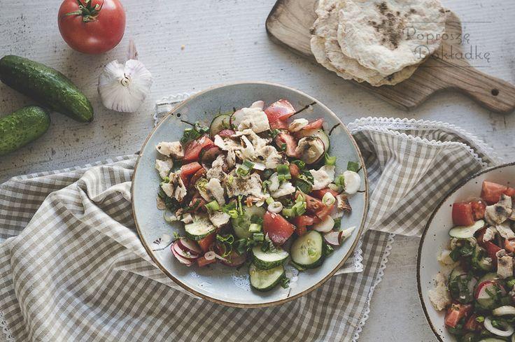 Fattoush, czyli pochodząca z Libanu, ale znana w całym arabskim świecie sałatka – bardzo lekka, orzeźwiająca, idealna na lato i upały. Jak w przypadku większości tego typu dań, nie ma na nią …