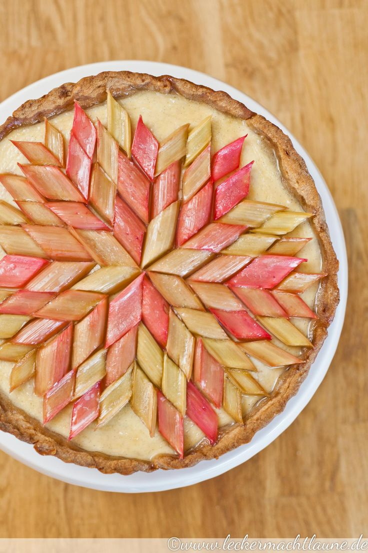 Perfekt für den Start der Rhabarbersaison: Rhabarber-Tarte, die süß und sauer auf eine sehe leckere und schöne Art kombiniert.