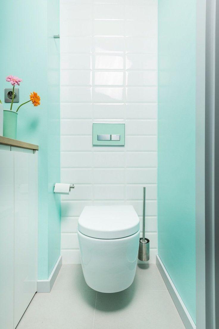 petite salle de bains avec une peinture murale bleu pastel et un carrelage mural blanc