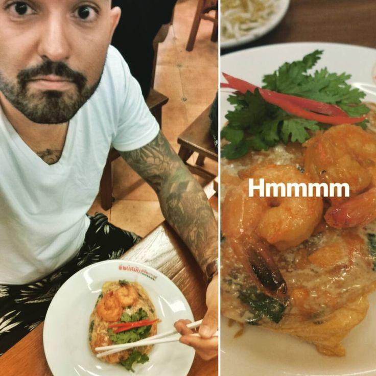 """Uma das melhores refeições da minha vida! """"Superb Pad Thai"""" faz jus ao nome que tem! Recomendo demais o Thipsamai, vale a pena esperar alguns minutos na fila. Dormir de barriga cheia (repeti o prato hahaha) que amanhã é Camboja! �������� #Bangkok #Thailand #Thipsamai #ThaiFood #FoodPorn #AsianCuisine #ThaiCuisine #Delicious #SuperbPadThai #PadThai #Yummy #GimmeMore #AsiaTrip #LonelyTraveler #BackPacking #WanderlustKing #StillOnTheRun #Gratitude #Descubra…"""