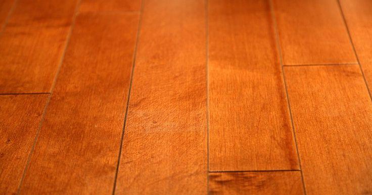 Cómo reparar el piso de madera hinchado. Cuando un piso de madera muestra signos de hinchazón, o bien ha sido directamente dañado por el agua o se ha expuesto a la humedad. Si un piso ha sido gravemente dañado por el agua, es muy probable que tenga que ser sustituido. Sin embargo, un piso que se hincha por la humedad, a menudo se puede solucionar con unos pocos y relativamente sencillos ...