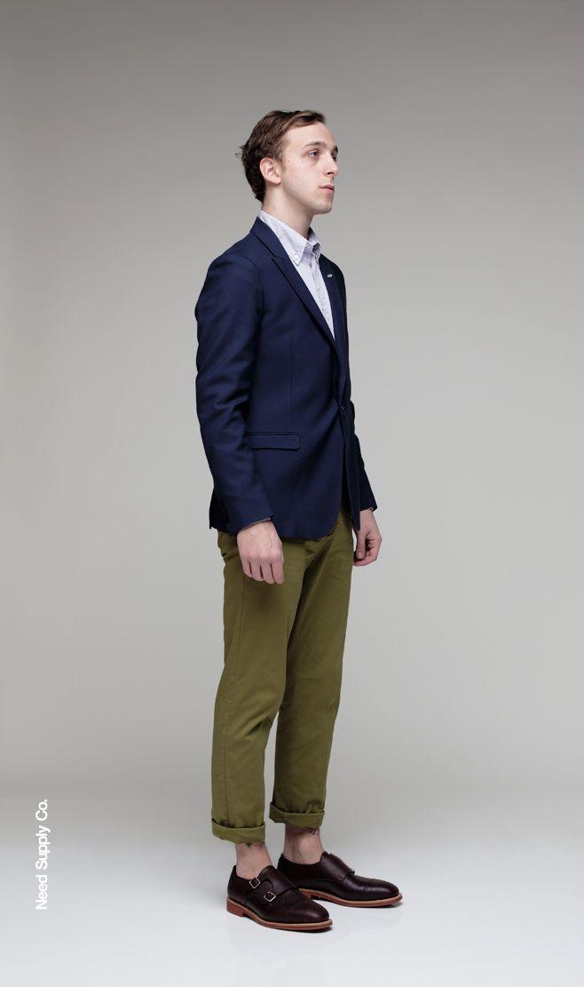 コンサバ系のジャケパンスタイルだが、パンツの色と丈が絶妙。パンツひとつでこんなにも印象が変わる。