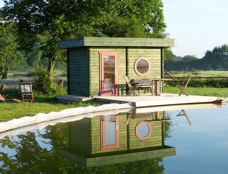 Grün lasiertes Design-Gartenhaus mit großem Schwimmteich. http://www.gartenhaus-gmbh.de/
