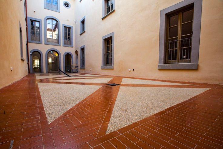 #Sassoitalia per il pavimento del chiostro della sede italiana dell'Università dell'Oklahoma!  Perfetta comunione tra presente e passato! #toscana #pavimento #culture