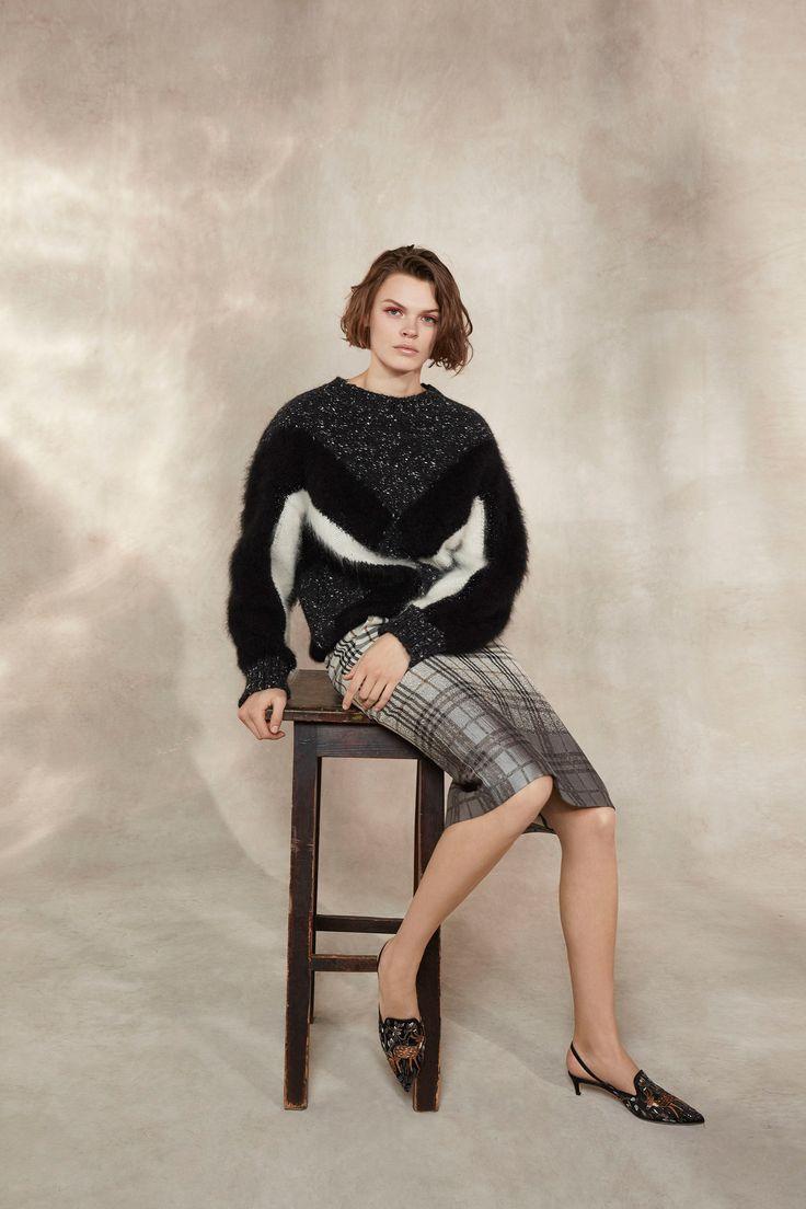 The complete Alberta Ferretti Pre-Fall 2018 fashion show now on Vogue Runway.