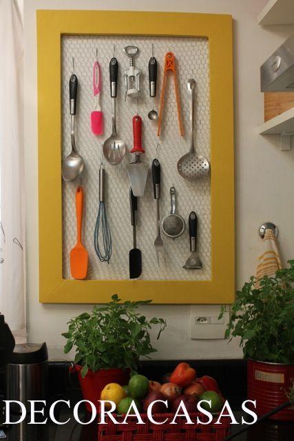 Como fazer um organizador para a sua cozinha usando tela de galinheiro, moldura reciclada e ganchos. Embeleza e decora o ambiente, além de deixar todos os utensílios à mão. Confira o passo a passo de Flávia Ferrari