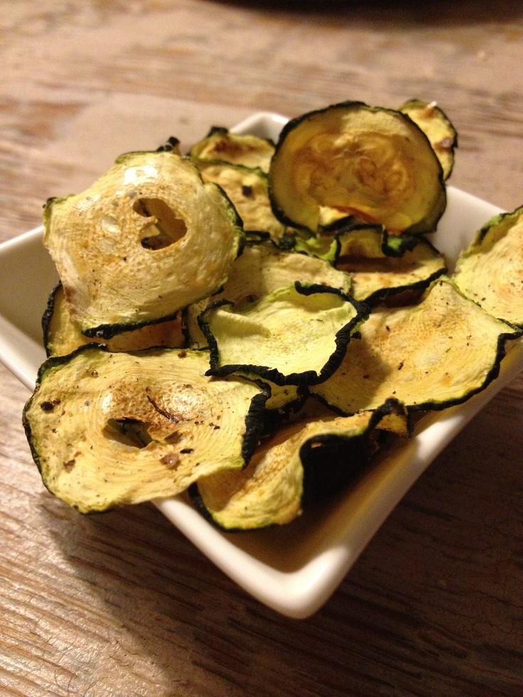 In de oven gebakken courgette chips. Een lekker alternatief voor gefrituurde (aardappel) chips.